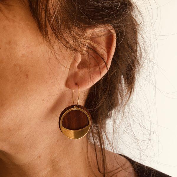 creole bois prunier doré sourire porté Rootsabaga bijoux doré