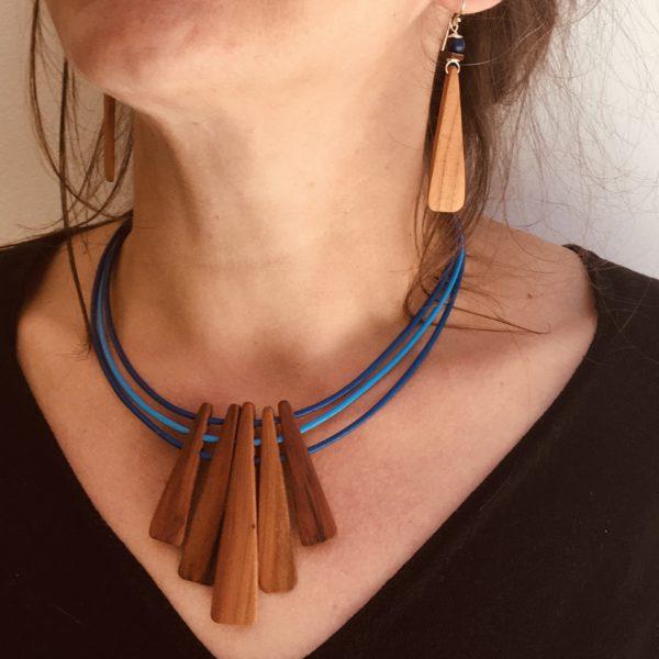 parure lamelle collier boucles d'oreilles bleu roi Rootsabaga Bijou Bois