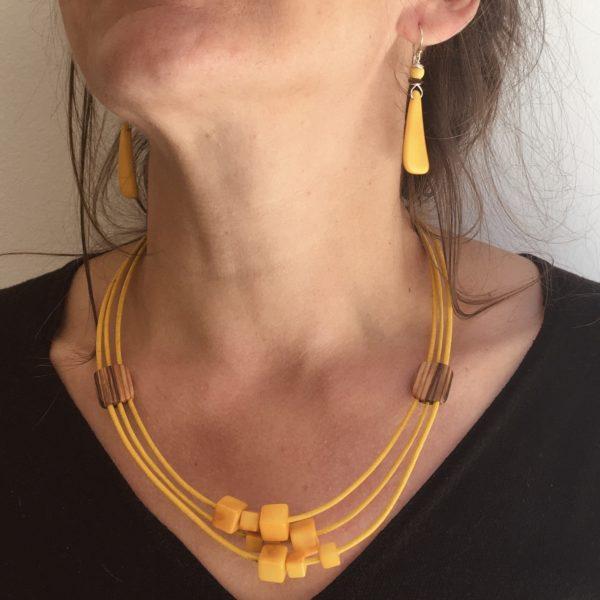 parure collier Olivier jaune ivoire végétal jaune et boucles d'oreilles langue ivoire végétal jaune Rootsabaga bijou cadeau Bois