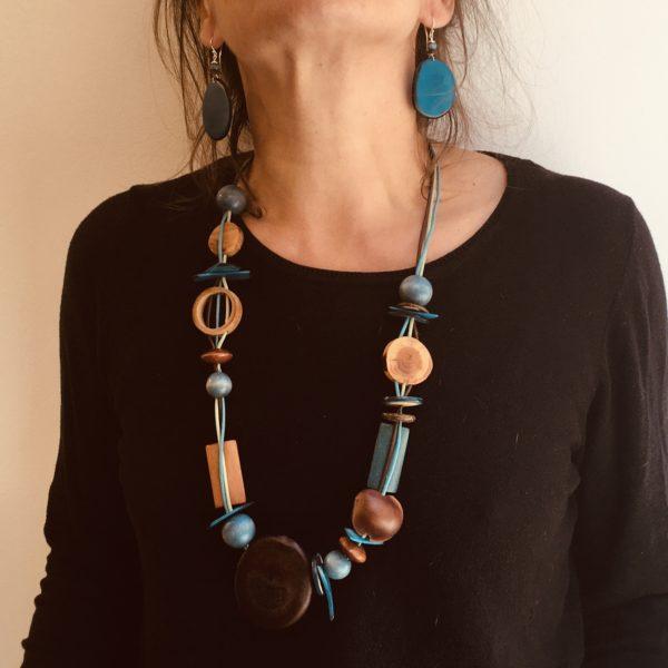 parure sautoir graines et boucles d'oreilles ivoire végétal bleu turquoise Rootsabaga parure bois graines