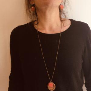 parure collier boucles d'oreilles collier chaine bois rond émail corail, créoles colorées rond bois corail Rootsabaga parure bohème