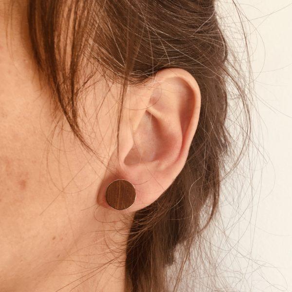 puce d'oreille 12mm bois et argent bois de niangon foncé porté Rootsabaga