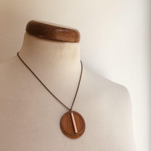 collier bois rond coloré bâtonnet chaine rose pale Rootsabaga Création Artisanale