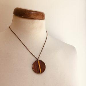 collier bois rond coloré bâtonnet chaine jaune moutarde Rootsabaga Création Artisanale