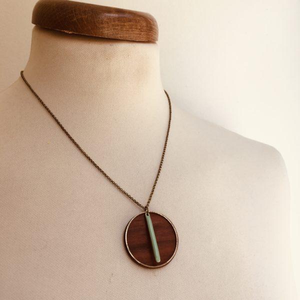 collier bois rond coloré bâtonnet chaine Prunier vert amande Rootsabaga Création Artisanale
