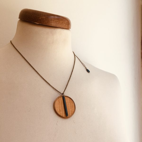 collier bois rond coloré bâtonnet chaine Merisier Pétrole chaine réglage Rootsabaga Création Artisanale