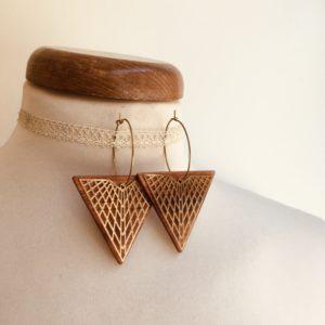 boucles d'oreilles créole dorée grand triangle quadrillé Rootsabaga bijoux naturels chic