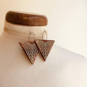 boucles d'oreilles créole argentée grand triangle quadrillé bois Rootsabaga bijoux naturels chic