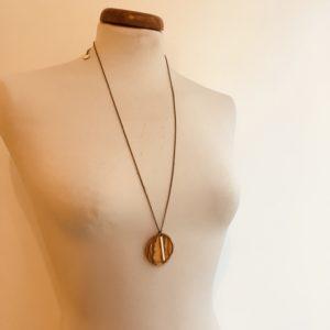 sautoir bois rond coloré bâtonnet blanc collier chaine olivier Rootsabaga Création Artisanale