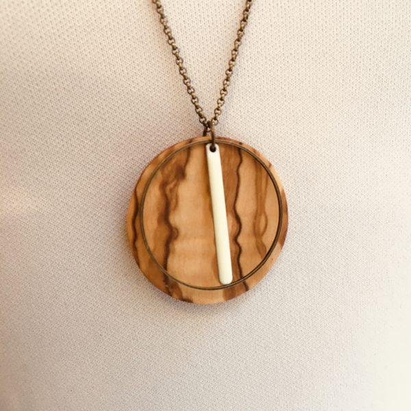 sautoir bois rond coloré bâtonnet blanc collier chaine olivier gros plan Rootsabaga Création Artisanale