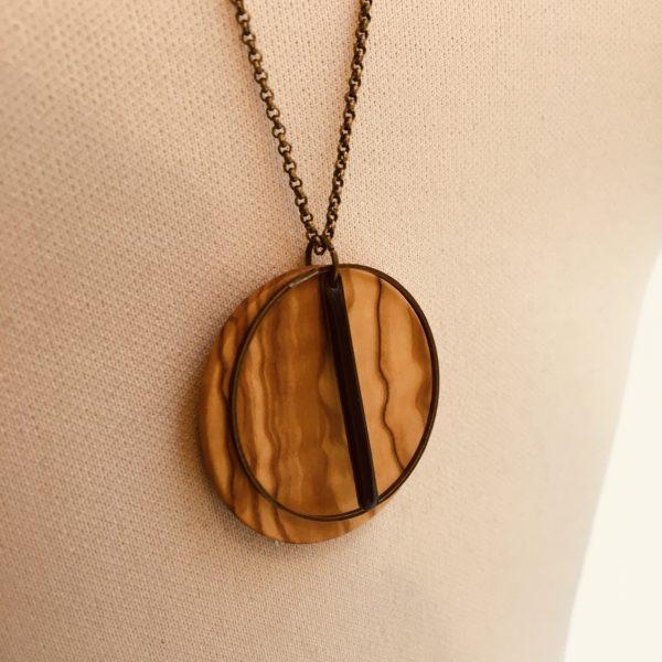 sautoir bois rond coloré bâtonnet noir collier chaine olivier gros plan Rootsabaga Création Artisanale