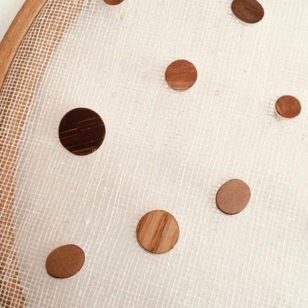puces d'oreilles bois et argent rootsabaga gros plan bois clair et foncé
