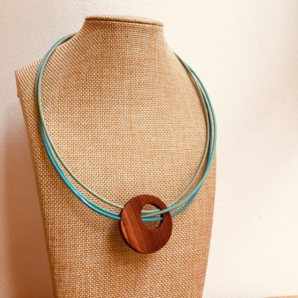 collier rond de bois tricuir cordons cuir vert d'eau vert amande et bleu turquoise Rootsabaga collier bois