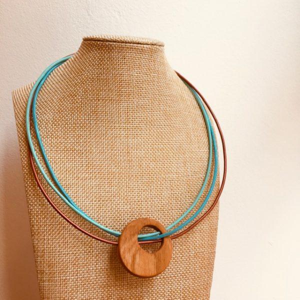 collier rond de bois tricuir cordons cuir vert d'eau bronze et turquoise Rootsabaga collier bois