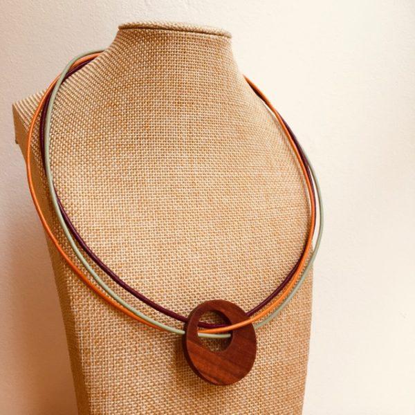 collier rond de bois tricuir cordons cuir orange violet vert amande Rootsabaga collier bois