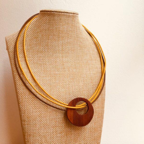 collier rond de bois tricuir cordons cuir jaune jaune marron Rootsabaga collier bois