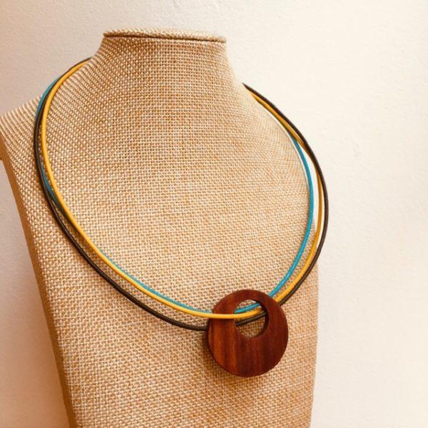 collier rond de bois tricuir cordons cuir kaki jaune turquoise Rootsabaga collier bois