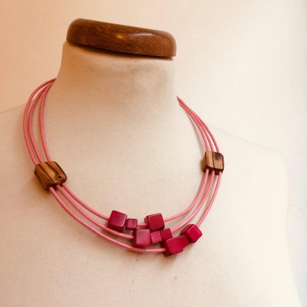 Collier Olivier petits carrés d'ivoire végétal rose cordons cuir rose Rootsabaga collier ethnique lyon