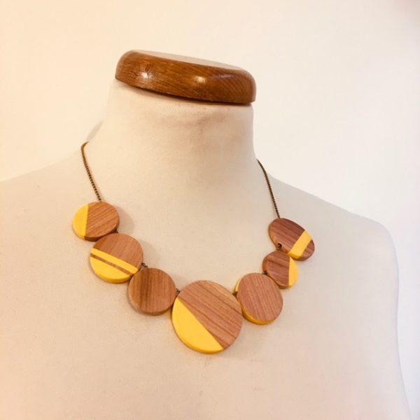 Collier gourmandise bois de prunier jaune rond de bois chaine laiton Rootsabaga bijoux artisanaux naturels Lyon