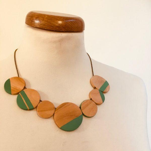 Collier gourmandise bois de merisier vert vif rond de bois chaine laiton Rootsabaga bijoux artisanaux naturels Lyon