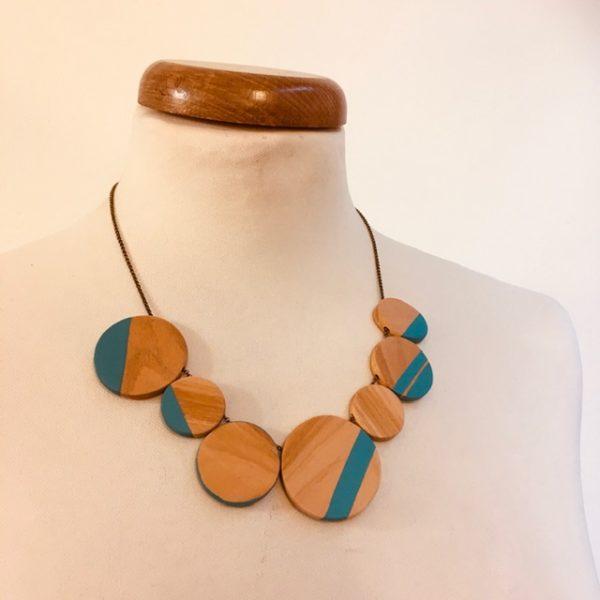 Collier gourmandise bois de merisier bleu turquoise rond de bois chaine laiton Rootsabaga bijoux artisanaux naturels Lyon