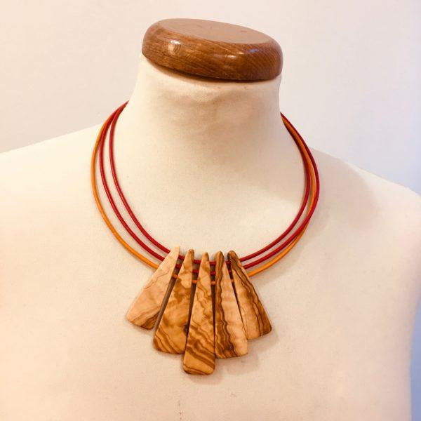 collier lamelle bois de olivier cordons cuir rouge rouge et orange Rootsabaga collier bois ethnique lyon
