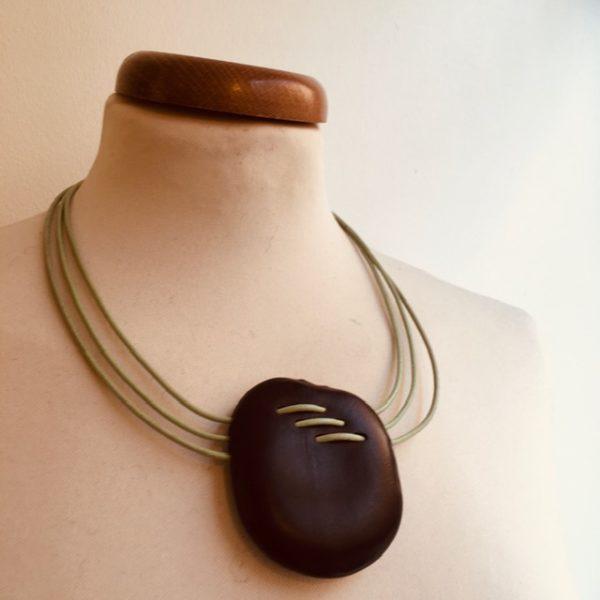 collier Entada Couture trois fils de cuir vert amande Rootsabaga collier ethnique Lyon