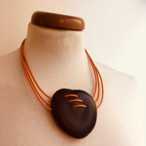 collier Entada Couture trois fils de cuir orange Rootsabaga collier ethnique Lyon