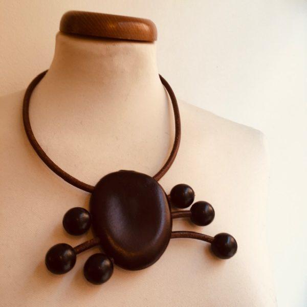 collier araignée graine Entada Cuir marron 6mm perles noires Rootsabaga collier ethnique Lyon