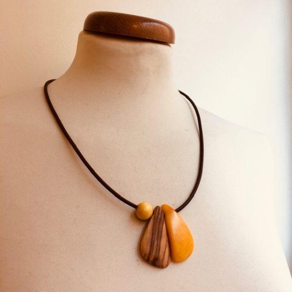 collier langue bois d'olivier et ivoire végétal jaune Rootsabaga Bijoux Artisanaux Naturels
