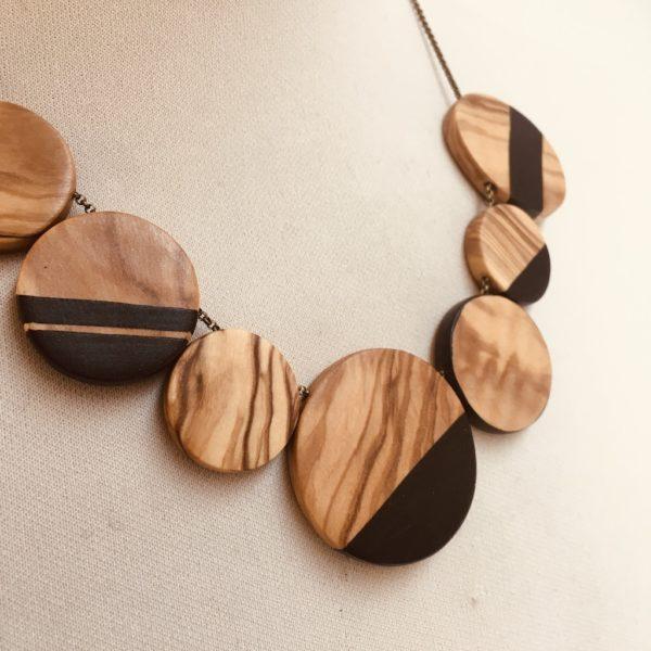collier gourmandise bois olivier peint noir