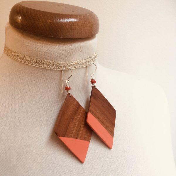 boucles d'oreilles grand losange peint désaccordé prunier corail rootsabaga bijou naturel fait main a lyon