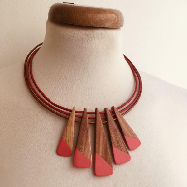 collier bois peint prunier corail cordon cuir brique rouge Rootsabaga Création artisanale de bijoux naturels a lyon