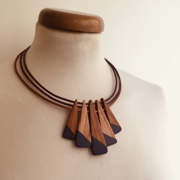 collier bois peint prunier couleur prune cordon prune et bronze Rootsabaga Création artisanale de bijoux naturels a lyon
