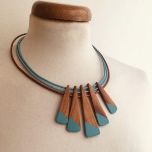 collier bois peint prunier turquoise cordons cuir turquoise et bronze Rootsabaga Création artisanale de bijoux naturels a lyon