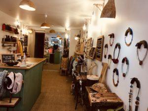 Rootsabaga interieur boutique bijouterie fantaisie, bijouterie naturelle pentes de la croix rousse
