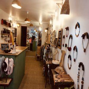 Rootsabaga intérieur boutique bijouterie fantaisie, bijoux naturels et artisanaux pentes de la croix rousse, lyon